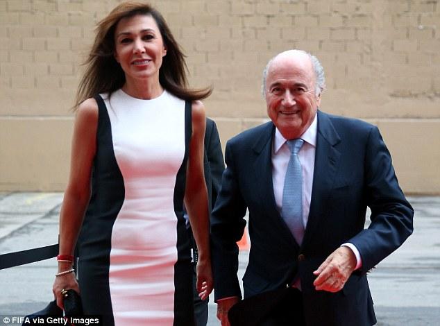 Con su novia Linda Barras, a quien le lleva 28 años y unos cuantos centímetros menos de altura. Foto: Fifa Getty Images