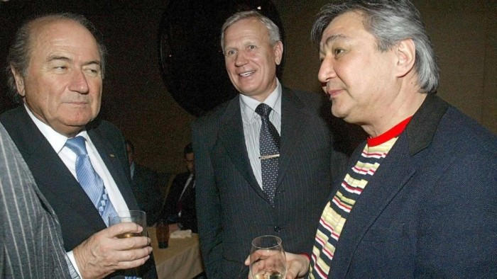 Con el reconocido mafioso ruso Alimsan Tochtachunow departiendo unos whiskys