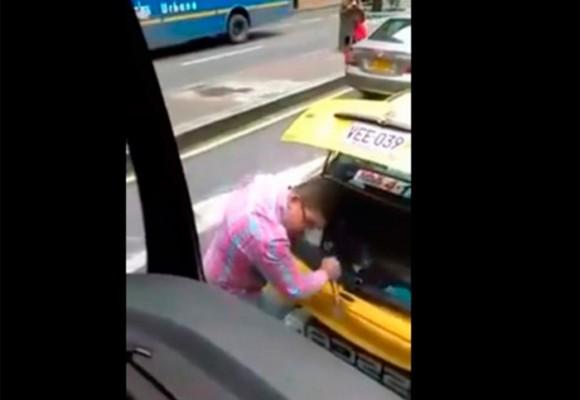La sevicia de un taxista contra un bus del SITP