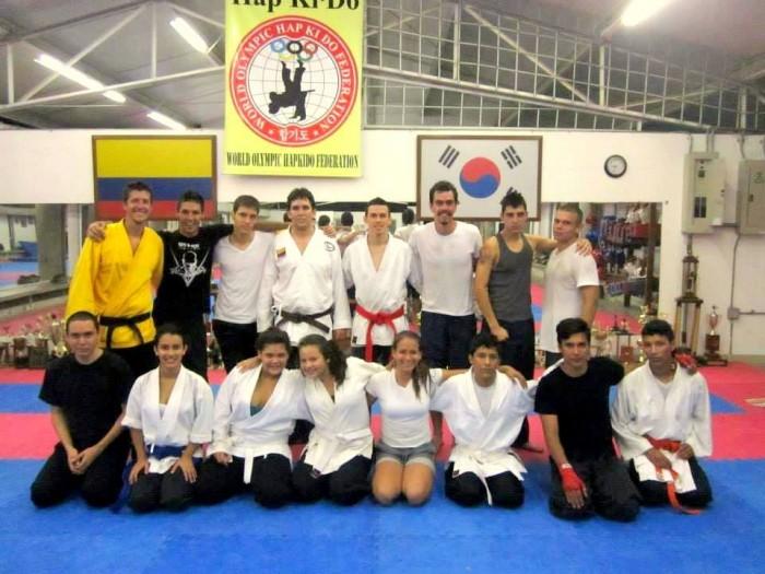 Jorge Arango y su grupo de artes marciales