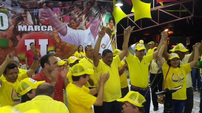 Padre e hijo Deluque celebraron el nombramiento como Presidente de la Cámara con una correría por toda la Guajira. Acá en el municipio Villanueva.