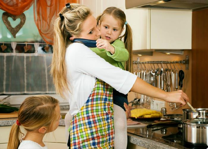 Lavar, planchar y ser madre: la propuesta del Centro Democrático