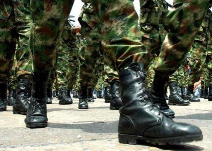 Un soldado con las botas rotas, pero bien amarradas