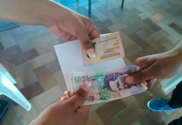 """""""Anhelo cumplir 18 para vender mi voto"""": jóvenes en Cartagena"""