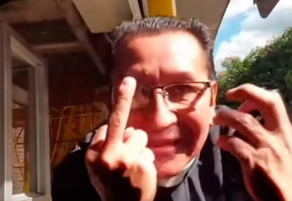 Video: El cura que perdió el control mientras lo grababan