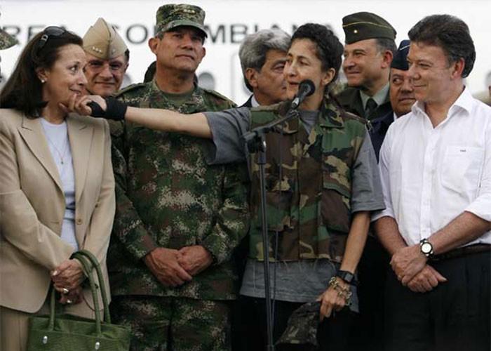 Ingrid en el día de su liberación agradeciendo a todos menos a su esposo, Juan Carlos Lecomte