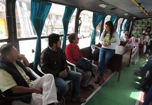 La candidata al Concejo de Bogotá que hace campaña en un bus