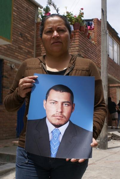 Luz Marina Bernal sostiene una foto de su hijo Fair Leonardo Porras, uno de los jóvenes de Soacha presentados como falsos positivos por el Ejército
