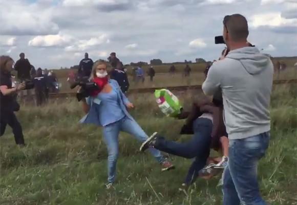 La periodista húngara que patea refugiados