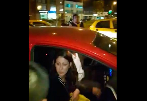 En video: La agresión de taxistas a una pasajera de Uber