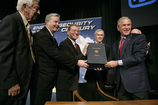 Bush durante el 2005 Energy PolicyAct. Foto: Casa Blanca, Eric Draper