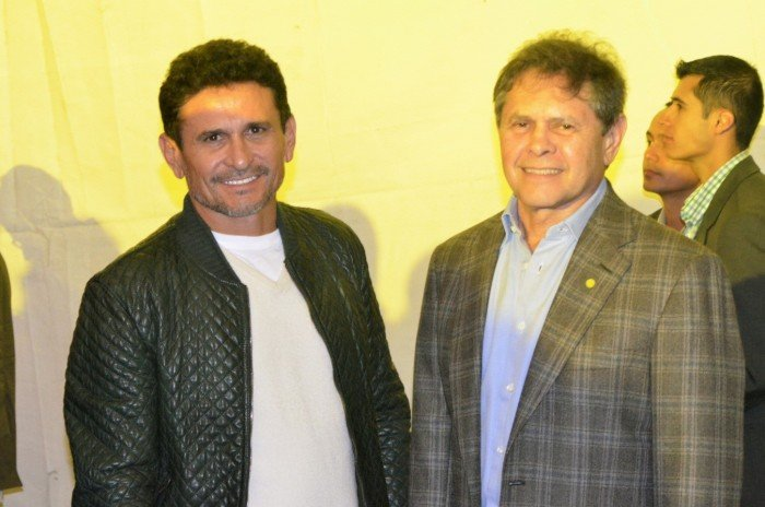 Carlos Mattos comenzó su negocio de la mano de su hermano Jorge Mattos, con quien ha compartido también aspiraciones políticas. Foto durante la celebración de la reelección de Juan Manuel Santos.