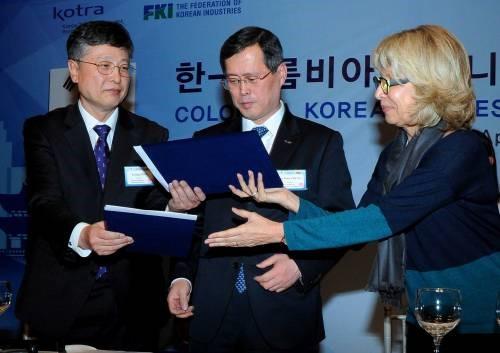 Cecilia Álvarez-Correa y el ministro de Comercio, Industria y Energía de Corea, Yoon Sang-jick. Foto, durante la visita de Estado de la presidente Santos a Corea en Abril de 2015