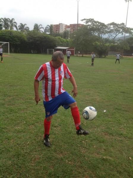 Un apasionado fanático del fútbol que le debe mucho a su habilidad en el manejo del balón