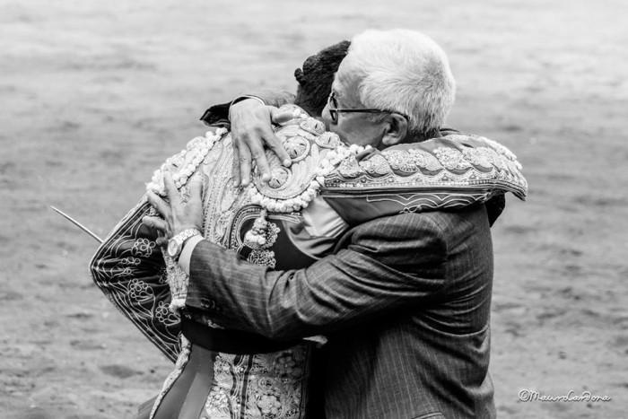 Paquito Perlaza en abrazo con su padre