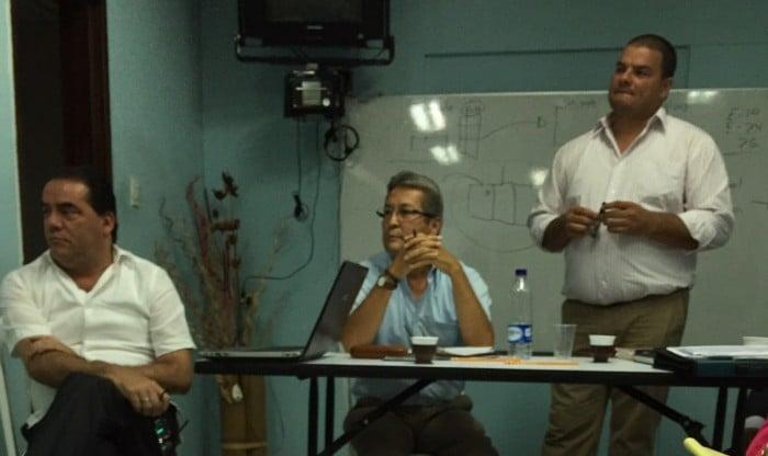 En la foto a la izquierda, Alejandro Paz, quien trabaja en la Auditoría de la Nación , quien a su vez es Hermano de Carmenza Paz, en el Centro Carlos Humberto Sánchez Herrera, y a la derecha Copete .