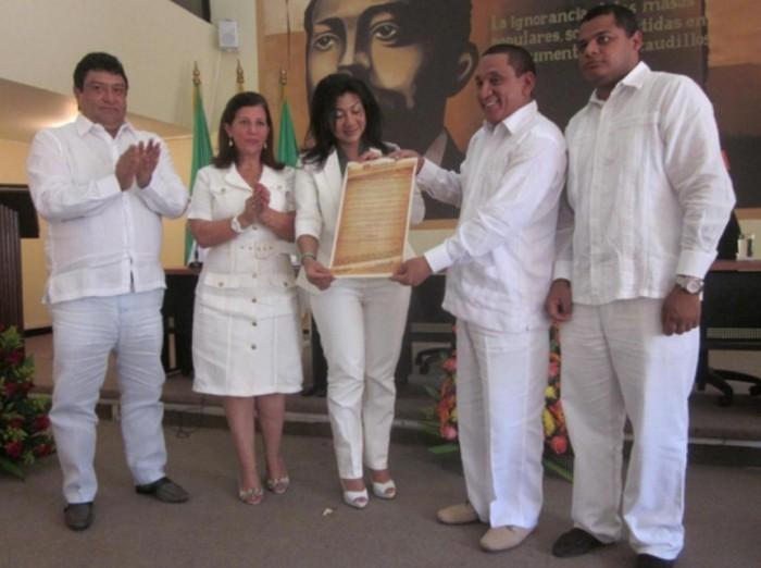 Francisco 'Kiko' Gómez (izq.) y la magistrada Yolima Carrillo Pérez (centro)  en homenaje en la Asamblea de La Guajira. (Foto: Paz y Reconciliación)