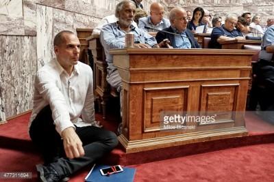 En el Parlamento, Varoufakis se convirtió en el gran contradictor de Tsipras