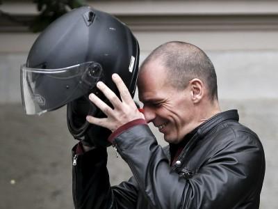 Varoufakis, un ministro de Finanzas en moto contra la troika