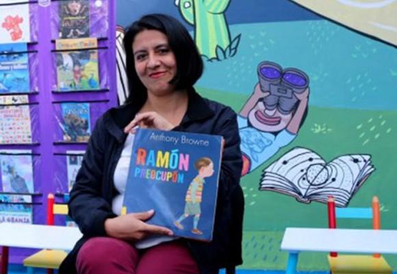 Una bibliotecaria que alumbra con su trabajo