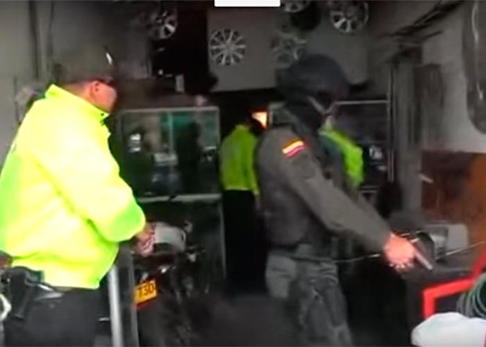 En video: así cayeron los vendedores de partes robadas de autos en Bogotá