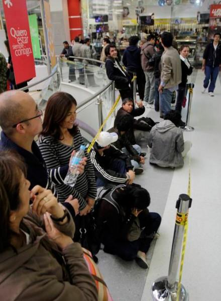 A pesar de pagar el concepto 'servicio', los usuarios tienen que hacer largas filas para reclamar sus entradas o pagar un servicio adicional de envío