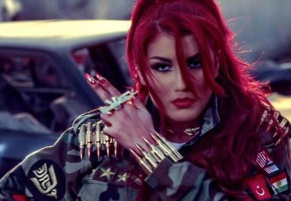 A golpe de cadera, la cantante pop Helly Luv encolerizó a los yihadistas