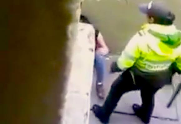 [#NoalaViolenciadeGenero] La mujer policía que muele a palo a su capturada