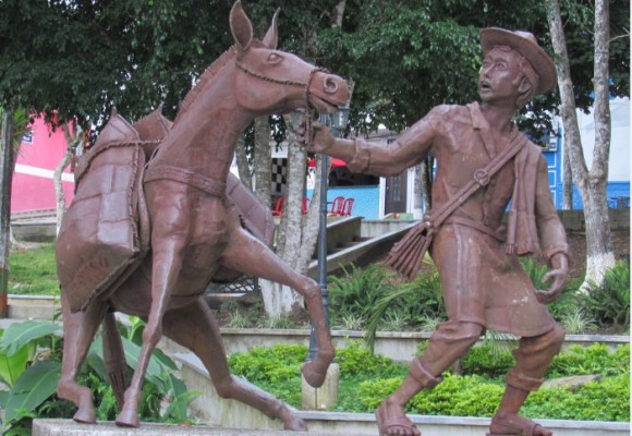 A lomo de mula en la Argelia de la Antioquia profunda