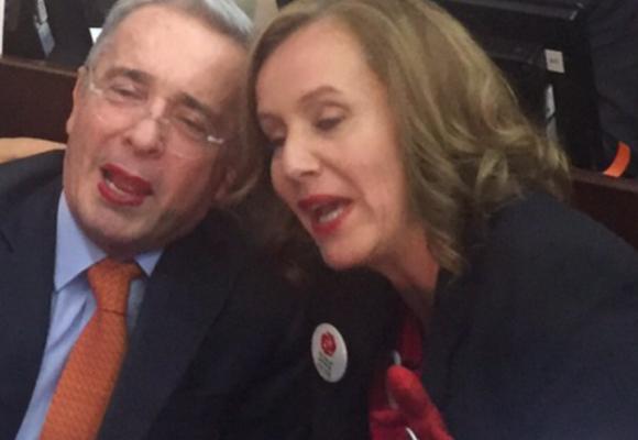 Uribe se dejó pintar los labios