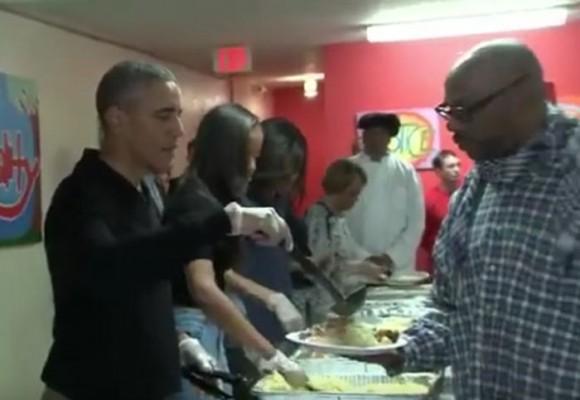 Video: Los Obama les sirven comida a habitantes de la calle