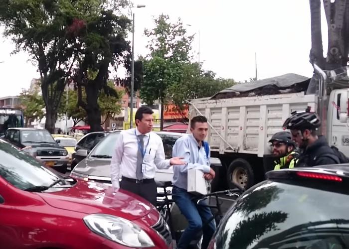 En video, un ciclista le enseña a un conductor a hacer fila