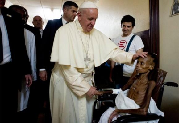 Fotos: la conmovedora visita del papa Francisco a un hospital pediátrico en África