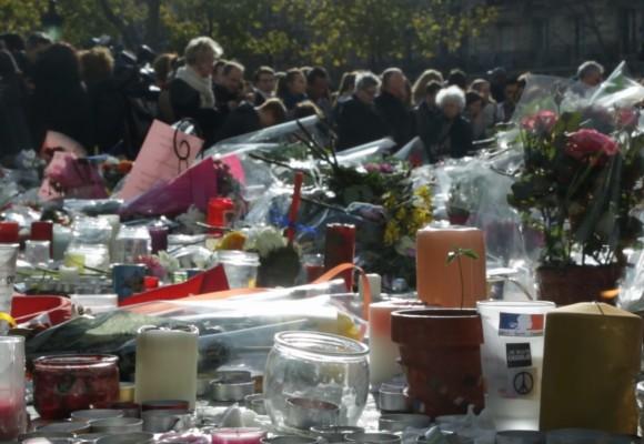 Video: homenaje parisino a los muertos del viernes 13