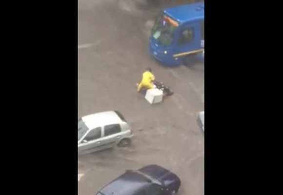 En video: un motociclista se cayó y así reaccionó un conductor del SITP