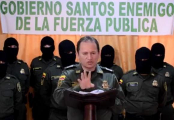 En video: policías encapuchados se les paran a Santos y al general Palomino