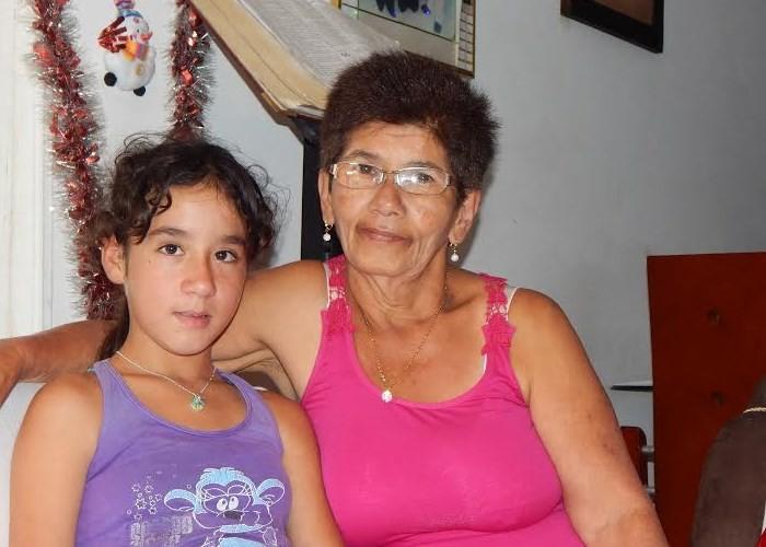 Doña Doris junto a Nagely Marcela Grajales, una niña de once años con la cual asiste a las diversas actividades culturales que se desarrollan en el pueblo. Foto: Lilit Lobos