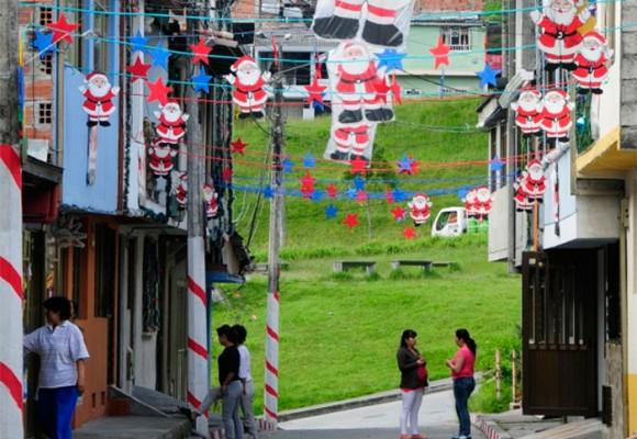 Cerrar la calle para pintar a Papá Noel: una costumbre bogotana