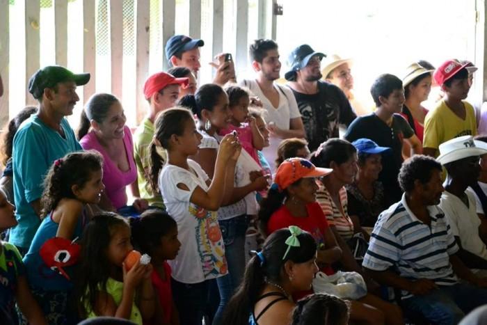 El humor de un payaso le devuelve la sonrisa y esperanza a la comunidad de Puerto Gabriel