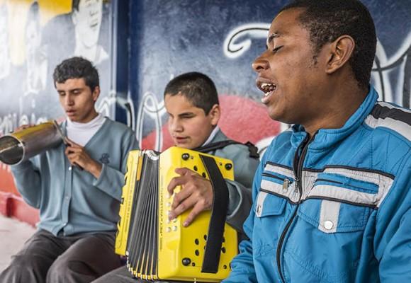 Vallenato, el sonido que ilumina la vida de 80 niños ciegos de un colegio de Bogotá