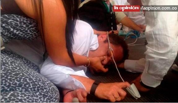 Imágenes del vicepresidente Vargas Lleras cuando es atendido en pleno desmayo