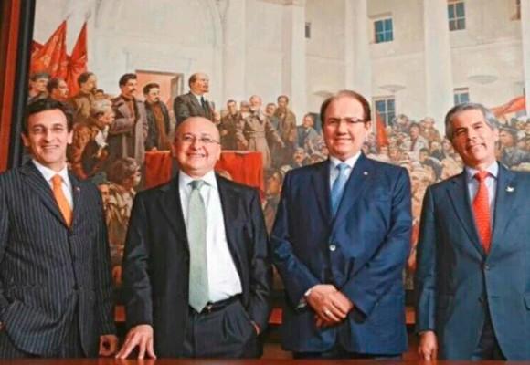 El poder judicial de Colombia posando frente a Lenin