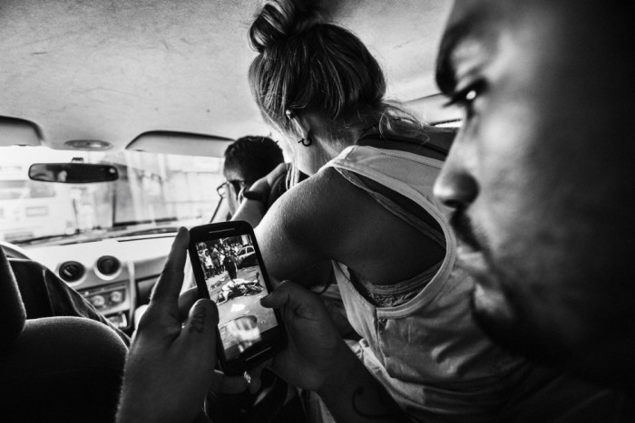 Esta es la imagen de Sebastian Liste para la agencia Noor ha ganado el tercer premio en la categoría de vida diaria. En la foto se ve al líder de la asociación Papo Reto mostrando la imagen de un taxista de 22 años muerto a tiros en Río de Janeiro. SEBASTIAN LISTE (AP)