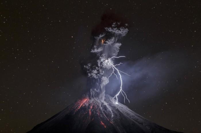 Esta foto titulada 'El poder de la naturaleza' de Sergio Tapiro del volcán Colima en México ha ganado el tercer premio en la categoría de Naturaleza del World Press Photo. SERGIO TAPIRO (AP)