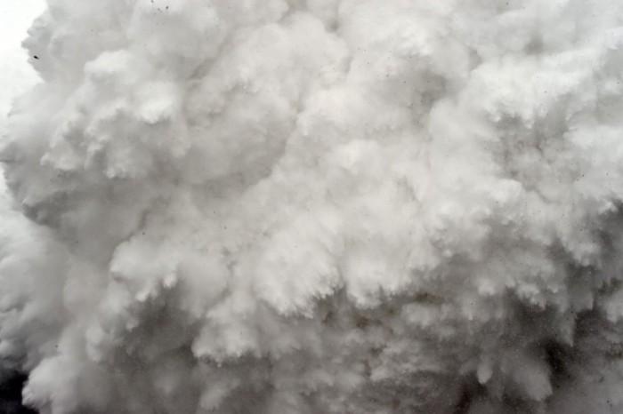 25 de Abril de 2015. Roberto Schmidt, de AFP, está cubriendo las labores de los servicios de emergencias para rescatar a unos montañeros en el Everest tras el terremoto de Nepal cuando captó esta foto de una avalancha. Es el segundo premio en la categoría de Historias sobre un evento de actualidad. ROBERTO SCHMIDT (AFP)