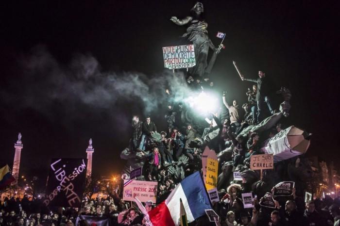 Imagen ganadora del segundo premio de la categoría individual de temas de actualidad, tomada por el fotógrafo francés, Corentin Fohlen del Stern de 'Paris Match'. La fotografía muestra a un grupo de personas participando en una manifestación antiterrorista organizada tras los atentados a la revista satírica Charlie Hebdo, en París (Francia) el 11 de enero de 2015. CORENTIN FOHL/ WORLD PRESS PHOTO (EFE)