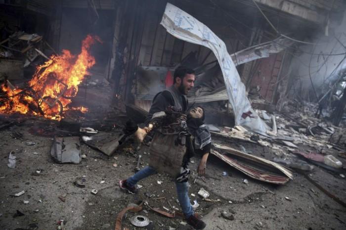 Imagen de la serie ganadora del segundo premio en la categoría de temas de actualidad, del fotógrafo Abd Doumany. La fotografía muestra a un hombre sirio portando el cuerpo sin vida de un niño asesinado durante los bombardeos efectuados en la ciudad de Douma (Siria) el 7 de noviembre 2015. ABD DOUMANY