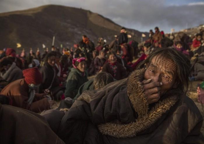 Fotografía de la serie ganadora del segundo premio en la categoría Vida cotidiana, tomada por el fotógrafo Kevin Frayer. Muestra a nómadas en la Asamblea anual de Bliss Dharma, en la provincia de Sichuan, China, 31 de octubre de 2015. KEVIN FRAYER (EFE)