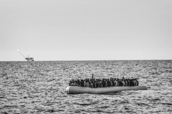 Una de las fotografías tomadas por Francesco Zizola para Noor, que ha sido galardonadas con el segundo premio Stories (Historias), en la categoría de Asuntos Contemporáneos. Presenta una lancha neumática llena de inmigrantes libios antes de ser rescatados por la ONG Médicos Sin Fronteras en aguas del Mediterráneo, el 26 de agosto de 2015. FRANCESO ZIZOLA/WORLD PRESS P (EFE)