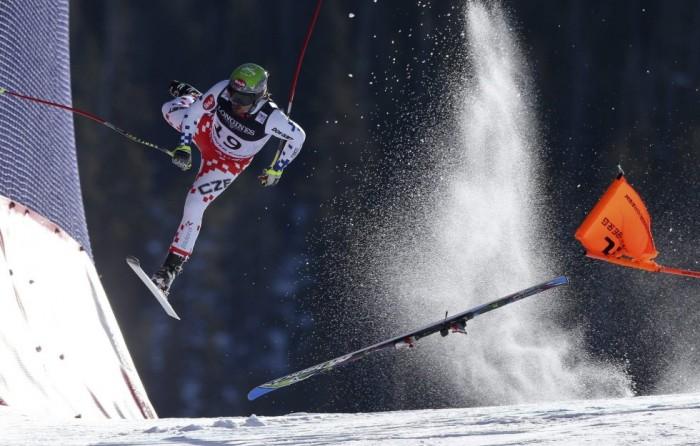 Fotografía ganadora del primer premio individual de la categoría de deportes del fotógrafo austríaco Christian Walgram de GEPA. Muestra la caída del esquiador checo Ondrej Bank en la prueba combinada de esquí alpino de los Campeonatos del Mundo de Beaver Creek, Colorado (Estados Unidos) el 15 de febrero de 2015. CHRISTIAN WALGRAM/ WORLD PRESS P (EFE)